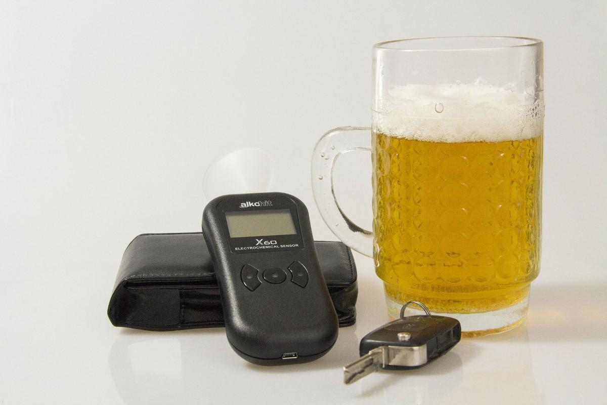 Alkomat znajdujący się koło piwa
