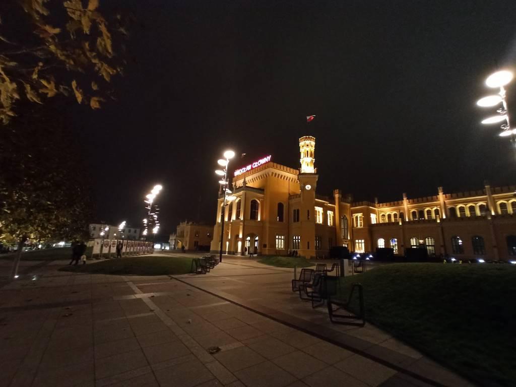 Redmi Note 8 Pro - zdjęcie z obiektywu szerokokątnego nocą