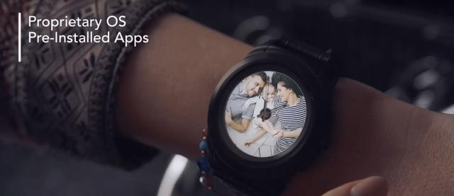 Zegarek posiada mechanizm klasyczny oraz dotykowy wyświetlacz.