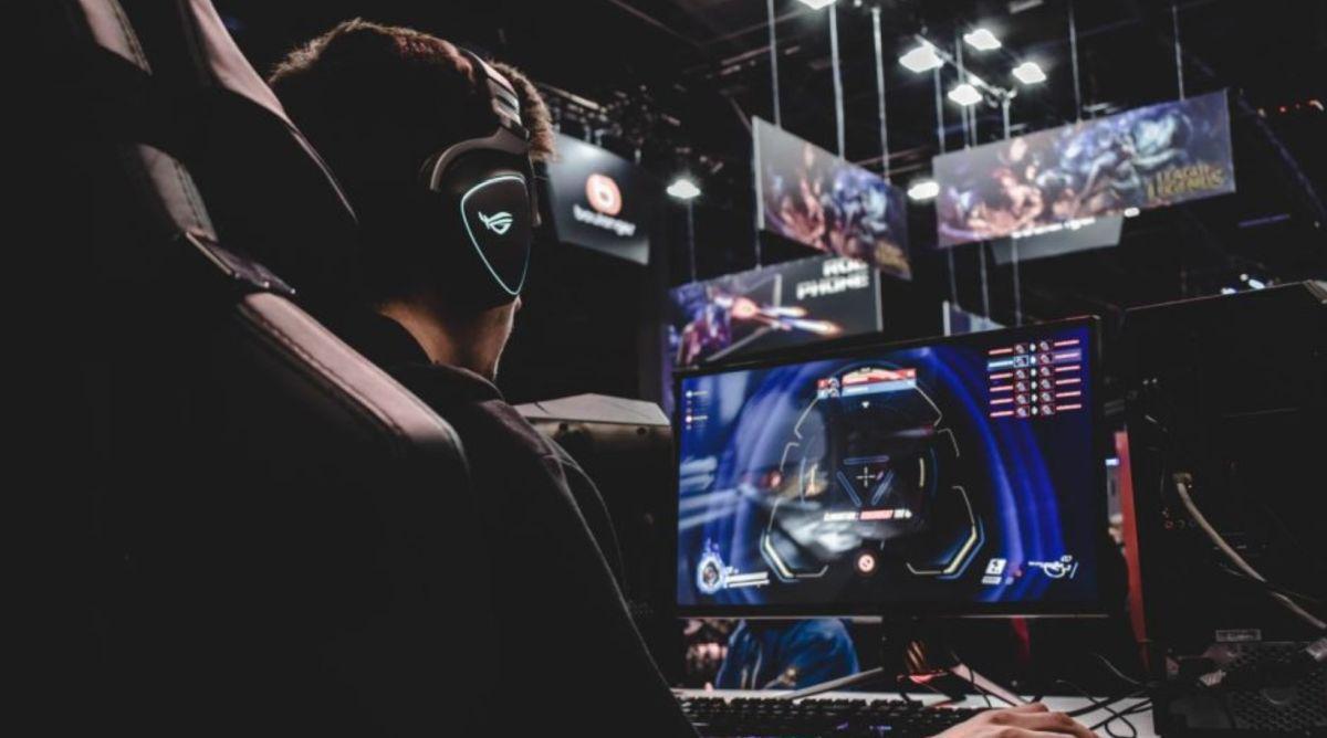 fotel gamingowy i e-sportowiec na turnieju