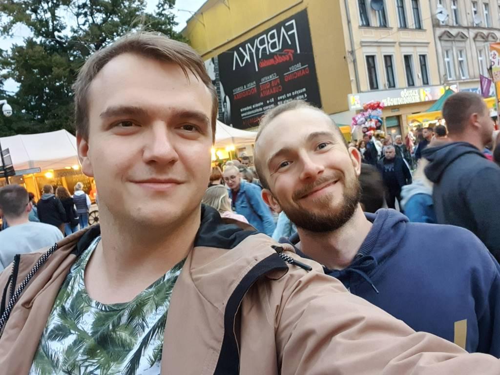 Note 10+ przykładowe selfie w szerszym kadrze