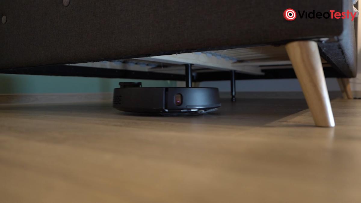 Kiano Elegance Robot pod sofą