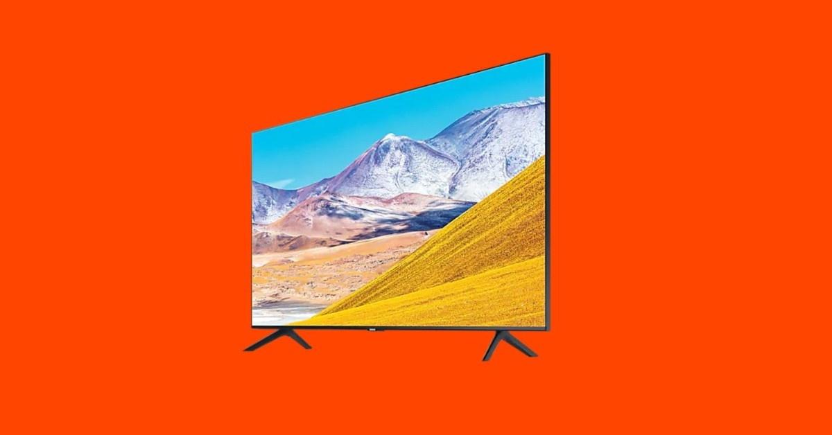 Samsung TU8002 na pomarańczowym tle