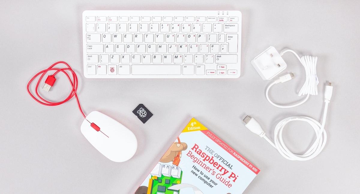 Zestaw Raspberry Pi 400 zawiera myszkę, kartę pamięci oraz podręcznik użytkownika