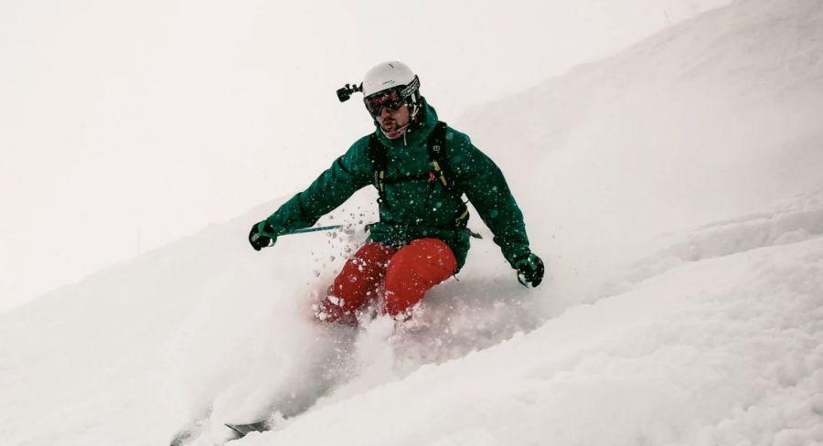 ekstremalny sport zimowy z kamerą na kasku