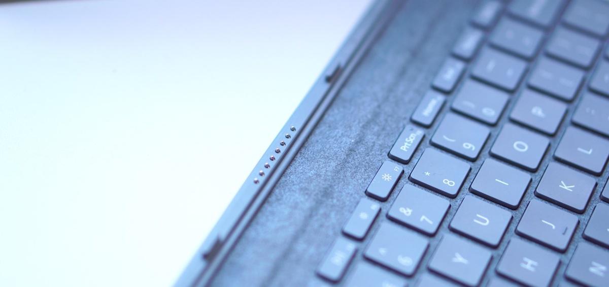 Surface Type Cover połączymy za pośrednictwem pinów z tabletem