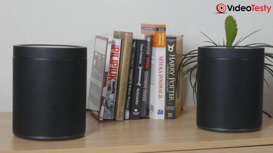 Yamaha MusicCast 20 dwa głośniki koło książek