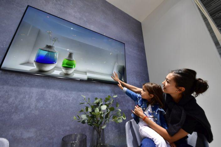 telewizor zawieszony na ścianie ifa 2018