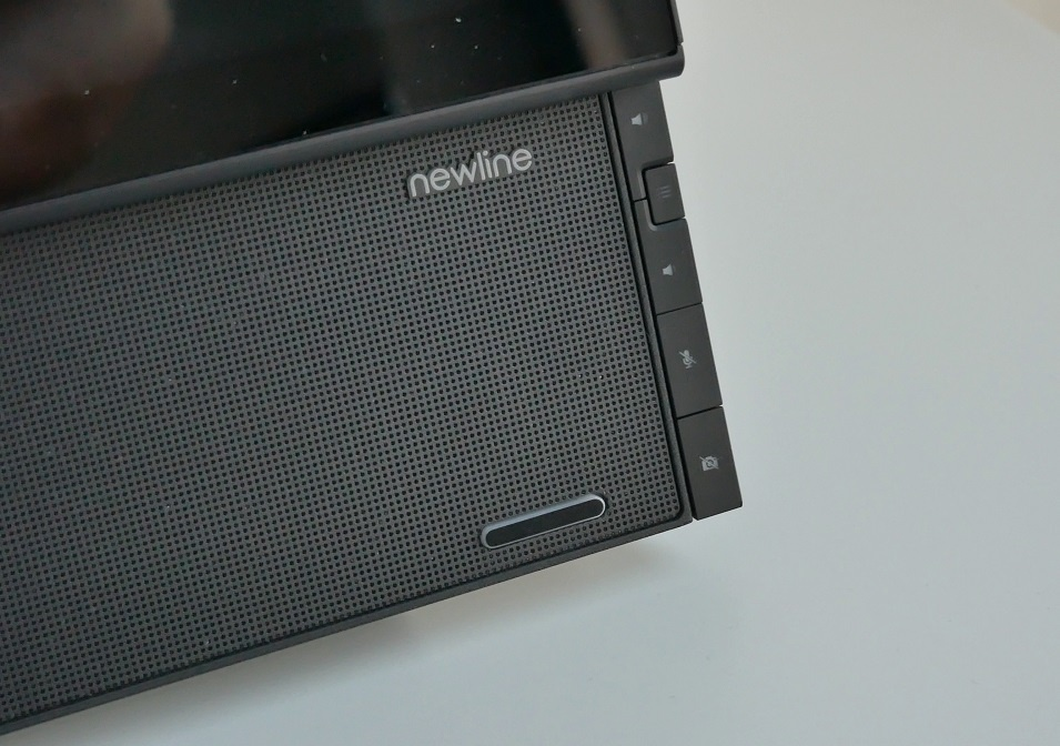 Newline Flex panel sterowania obok soundbara