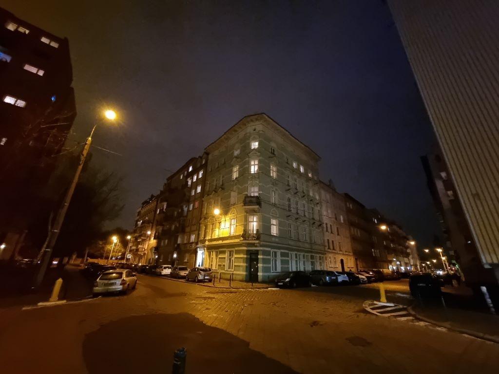 Obiektyw ultraszerokokątny w trybie automatycznym nocą zachowuje mniej detali