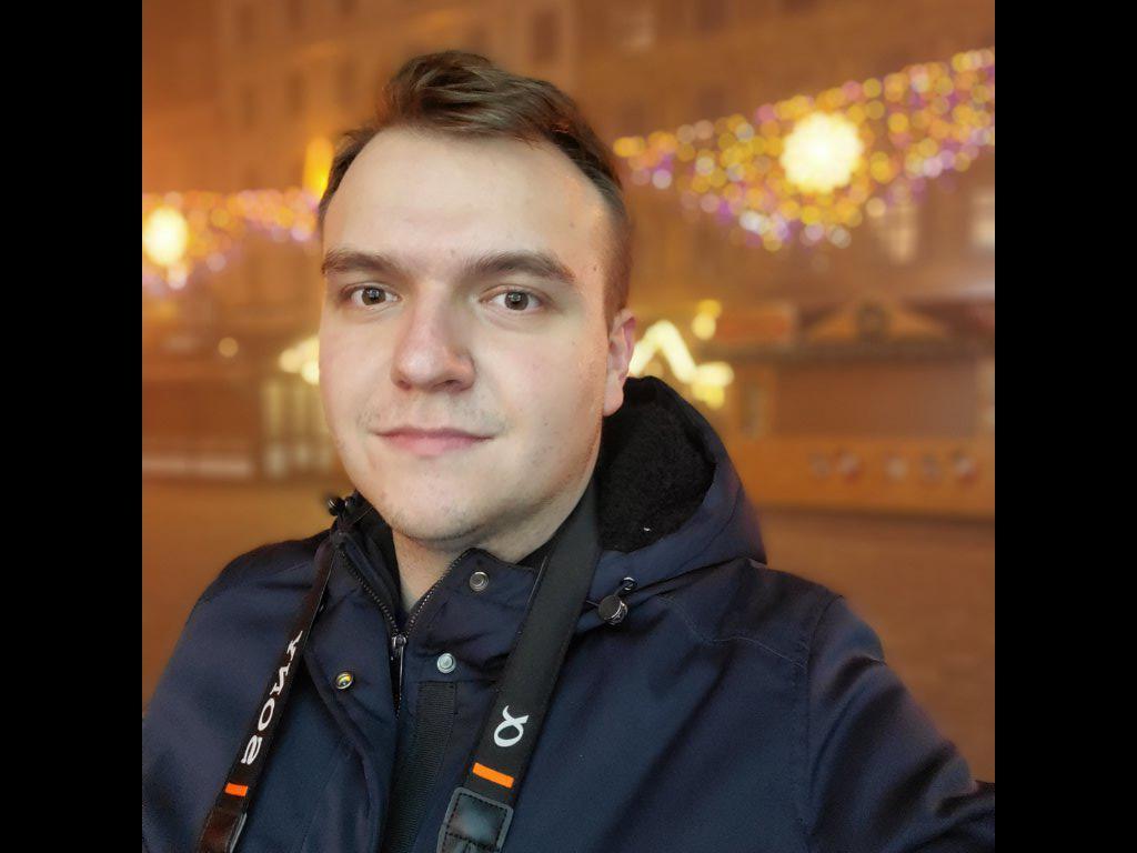 Selfie z szerokim kadrem nocą