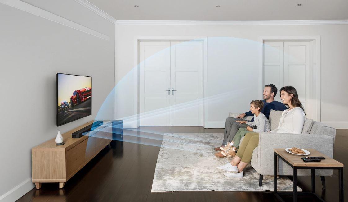 Rodzina słucha soundbar Sony w salonie