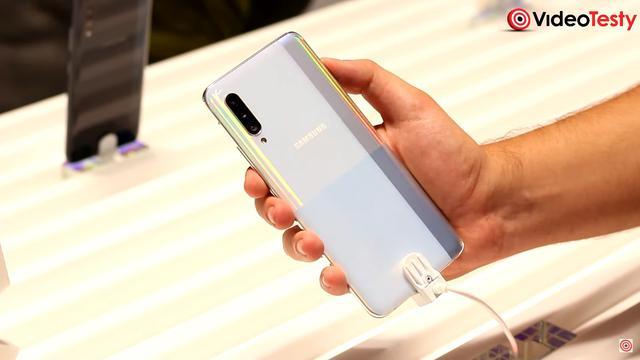 Plecki Galaxy A90 5G ładnie się mienią, choć łatwo się brudzą