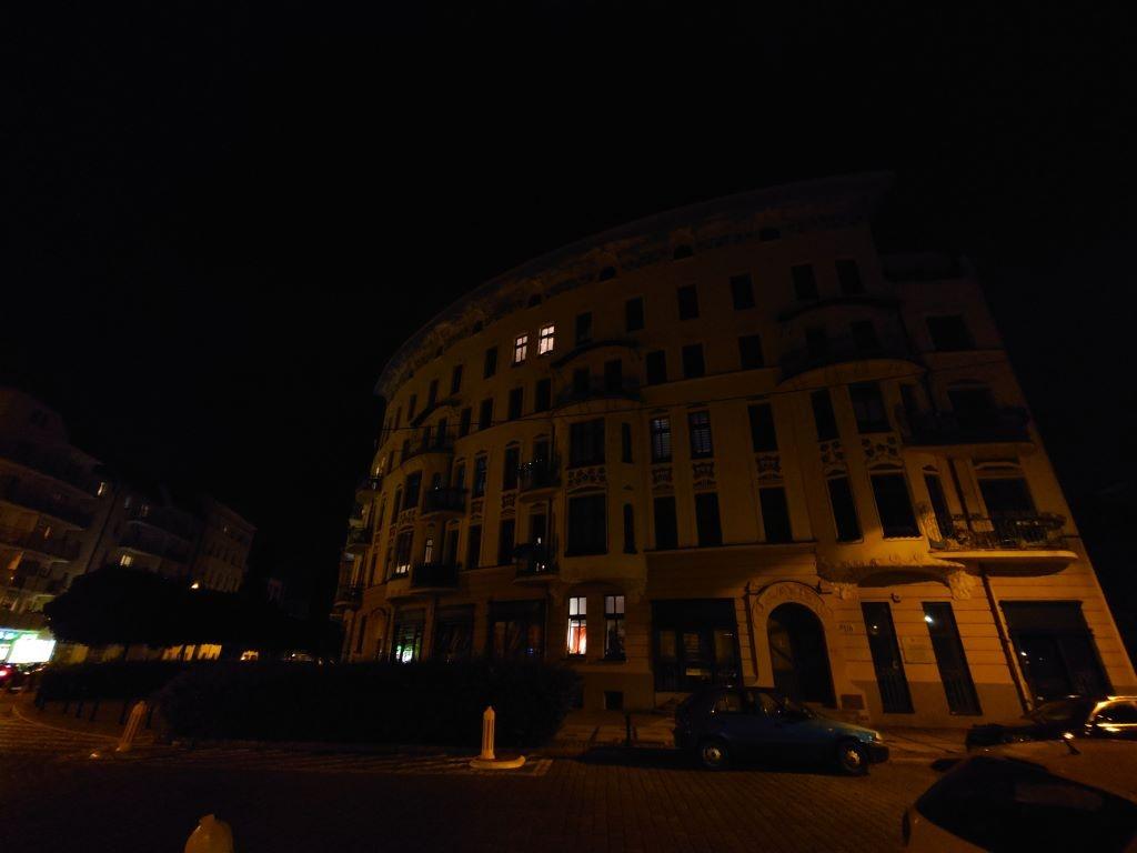 Sony Xperia 1 III - ultraszerokokątny obiektyw nocą przy skąpym oświetleniu