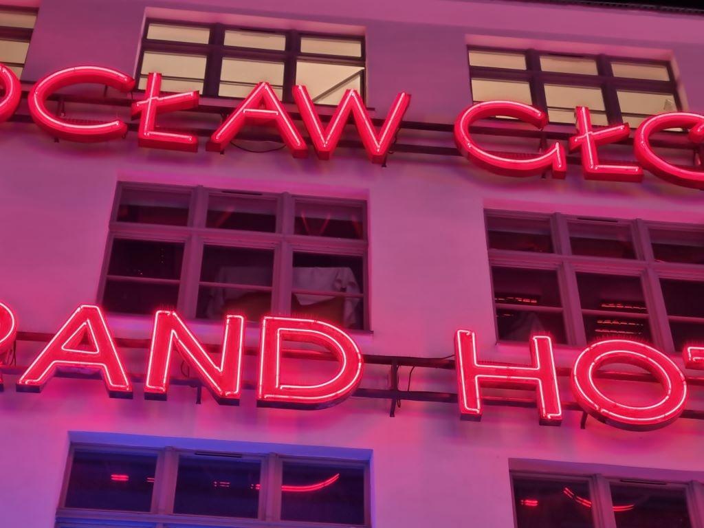 Ujęcie na neony z potrójnym powiększeniem