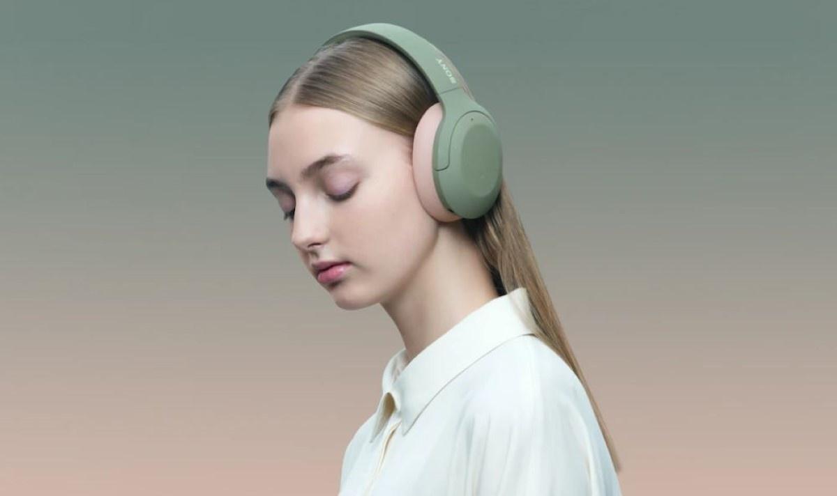 Kobieta korzystająca z  Sony WH-H910N