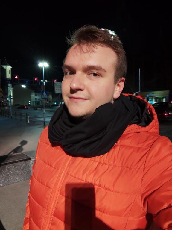 Xiaomi Mi 10 - selfie w sztucznym oświetleniu