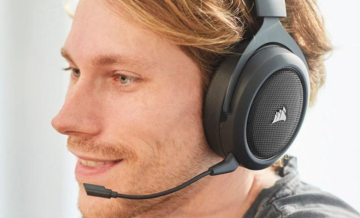 Corsair HS70 Pro Wireless na rudym mężczyźnie