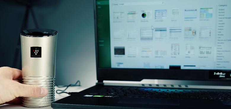Sharp UJ-GC20 na biurku przy laptopie