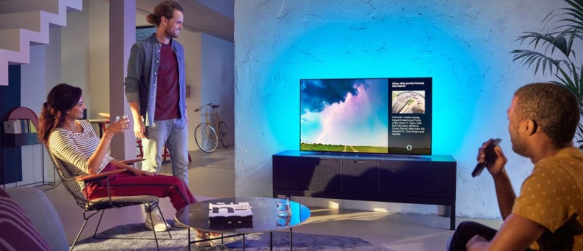 Telewizor  Philips 65OLED754/12 z podświetleniem Ambilight rozświetla scenerię