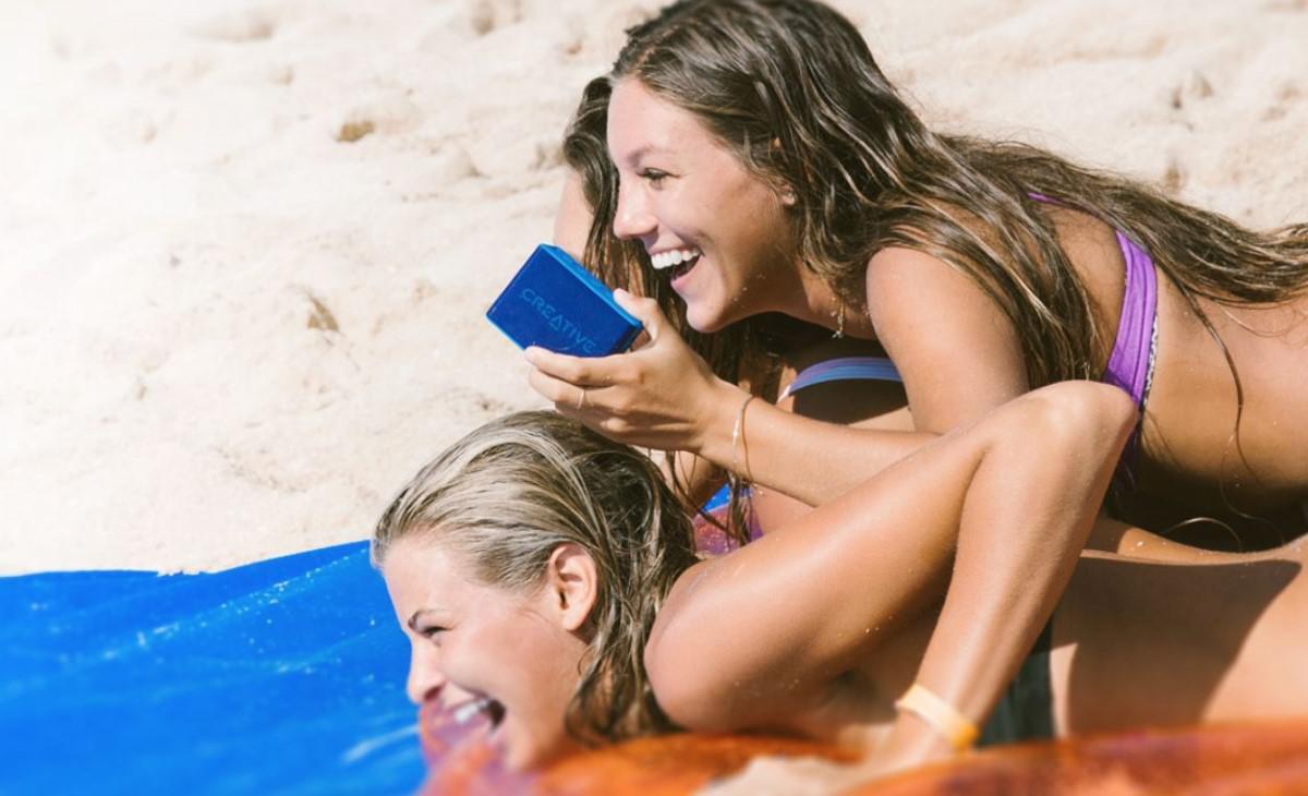 Dwie kobiety na plaży i Creative MUVO 2C