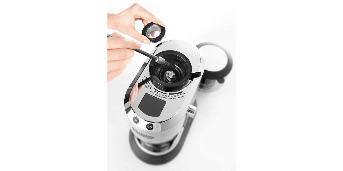 czyszczenie szczoteczką młynka elektrycznego do kawy