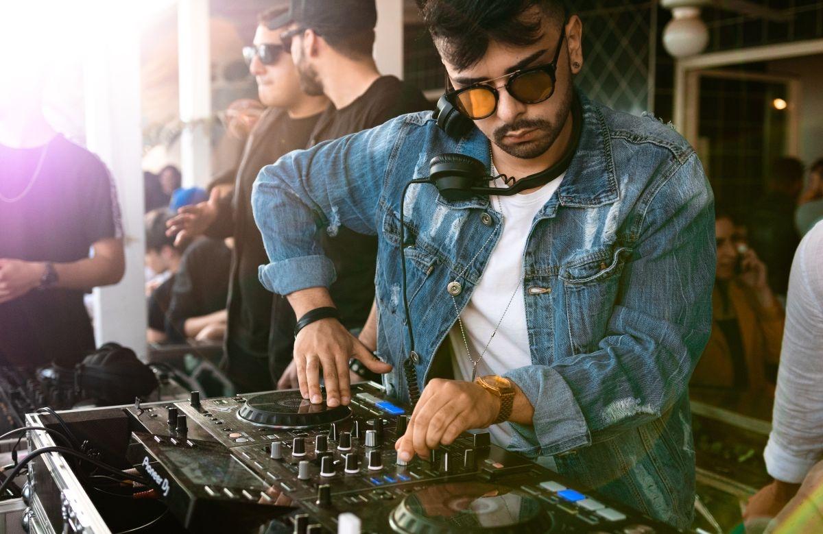 DJ w słuchawkach podczas rozkręcania imprezy