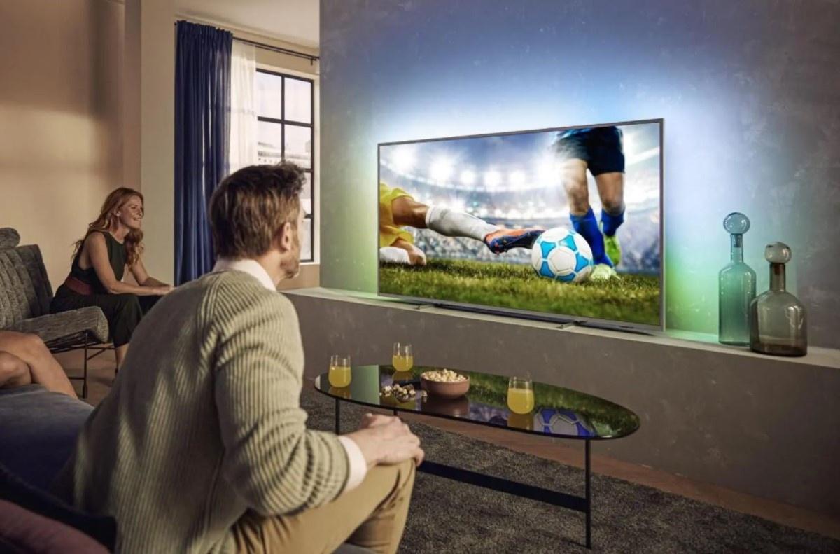 Oglądanie sportu na 75-calowym telewizorze Philipsa