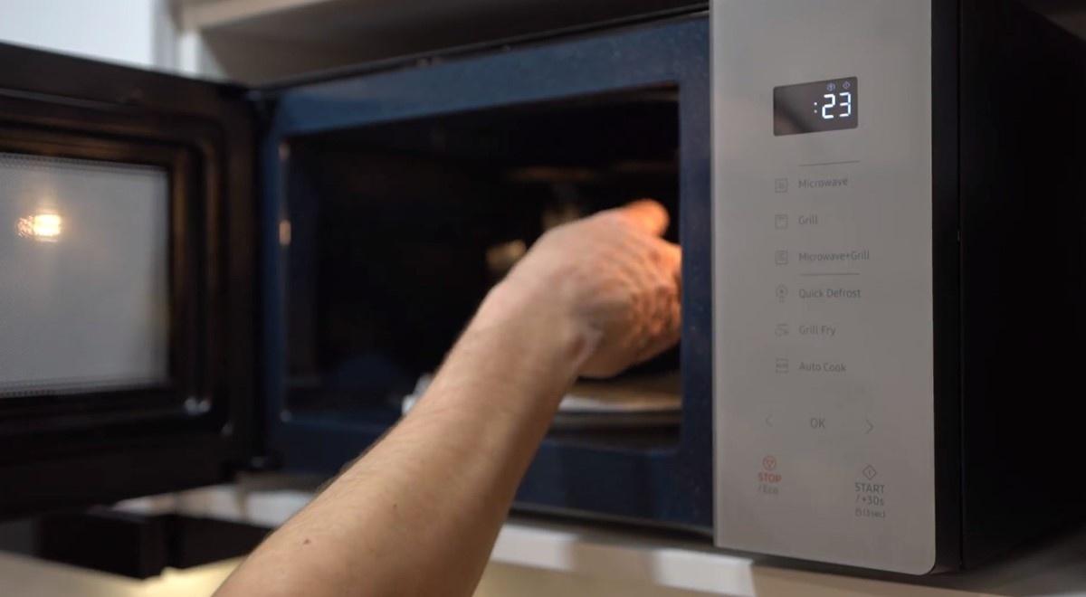 Wyciąganie jedzenia z Samsung MG23T5018CG