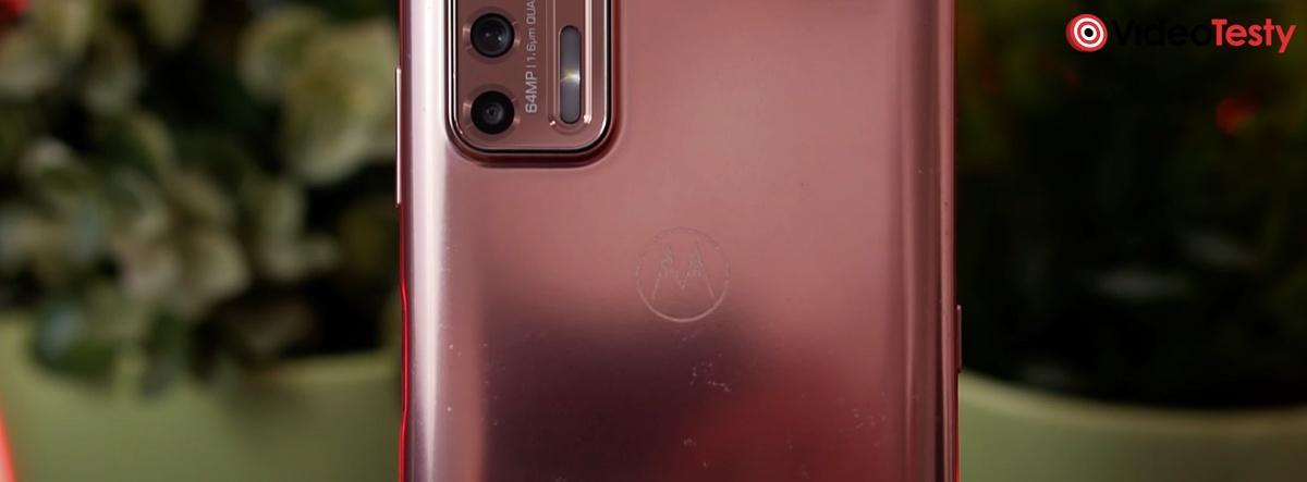 Motorola Moto G9 Plus dość znacznie rysuje się z tyłu
