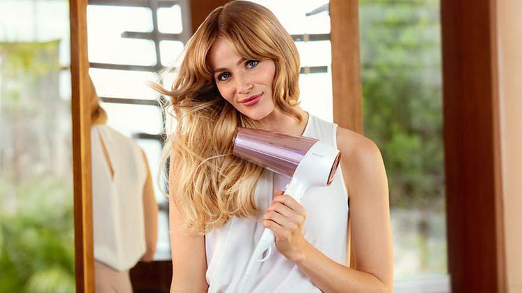 suszenie włosów suszarką marki Philips