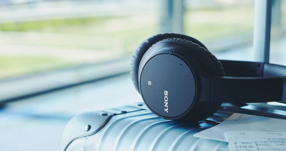 Sony WH-CH700NB na walizce