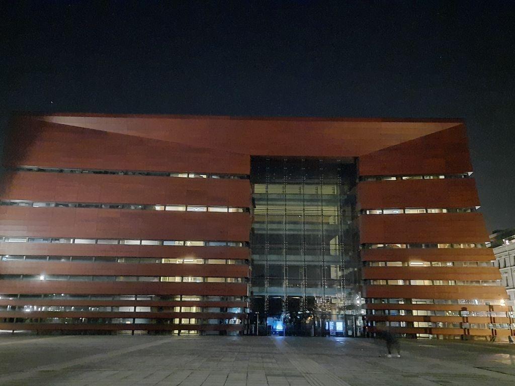 Zdjęcie Narodowego Forum Muzyki w trybie nocnym
