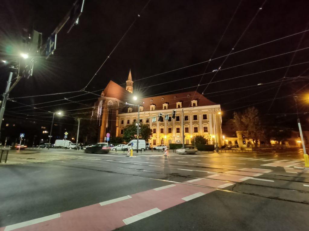 Zdjęcie w nocy z dużą ilością światła