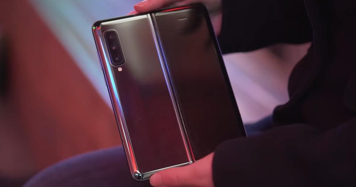 Samsung Galaxy Fold otwarty z tyłu ma sporo szkła
