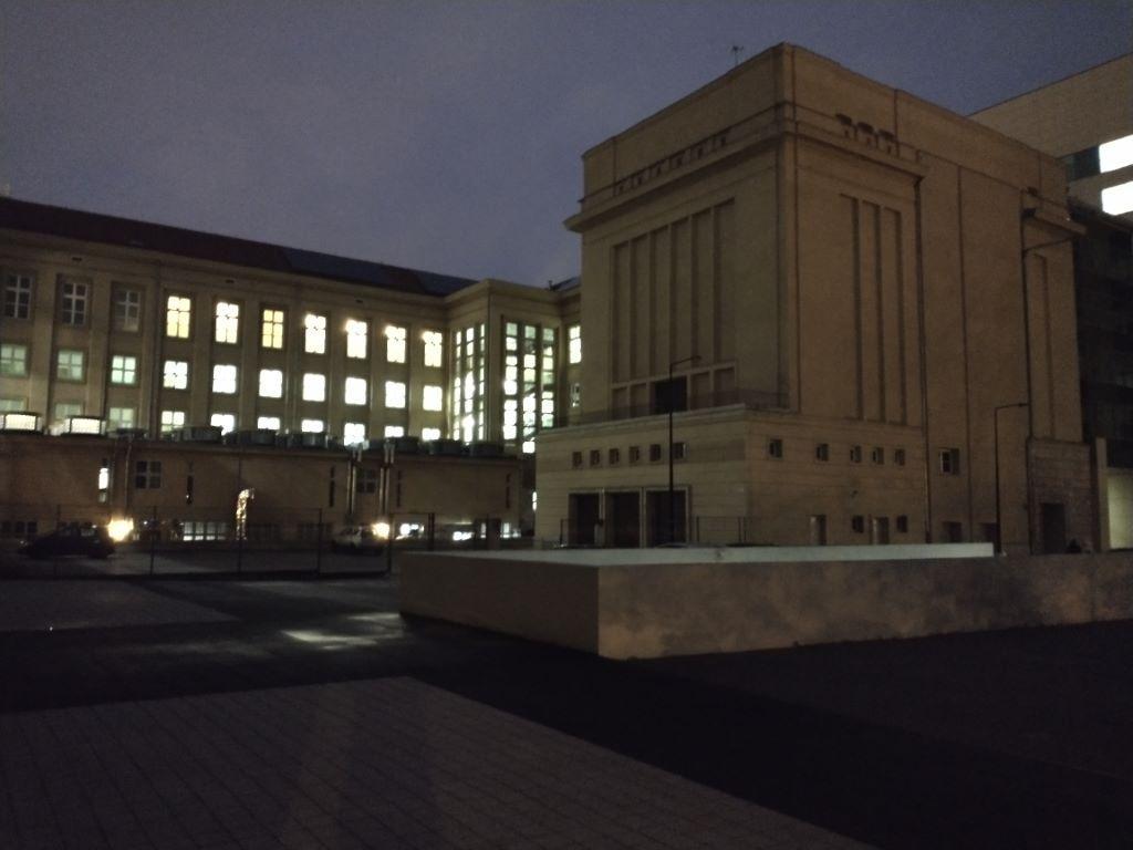 Zdjęcie budynku PWr nocą - Motorola Moto G8 Power
