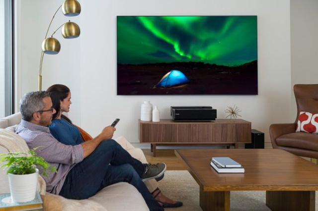 duży tv powieszony na ścianie