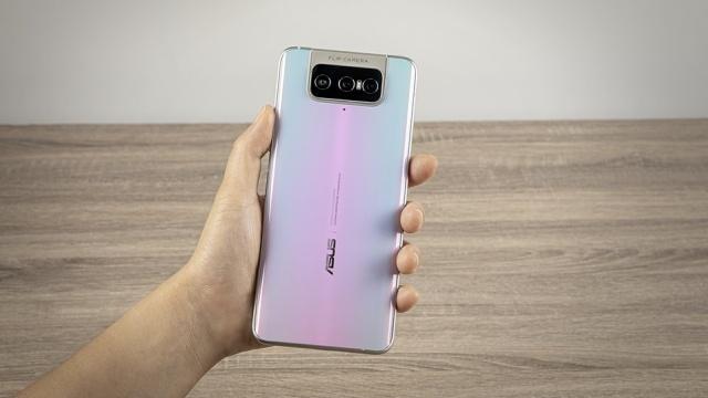 Asus Zenfone 7 w dłoni wydaje się być gigantyczny