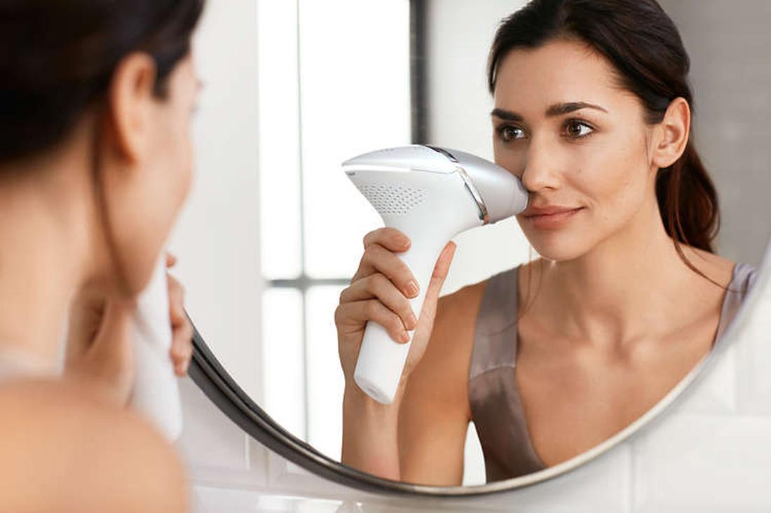 depilacja laserowa twarzy kobiety