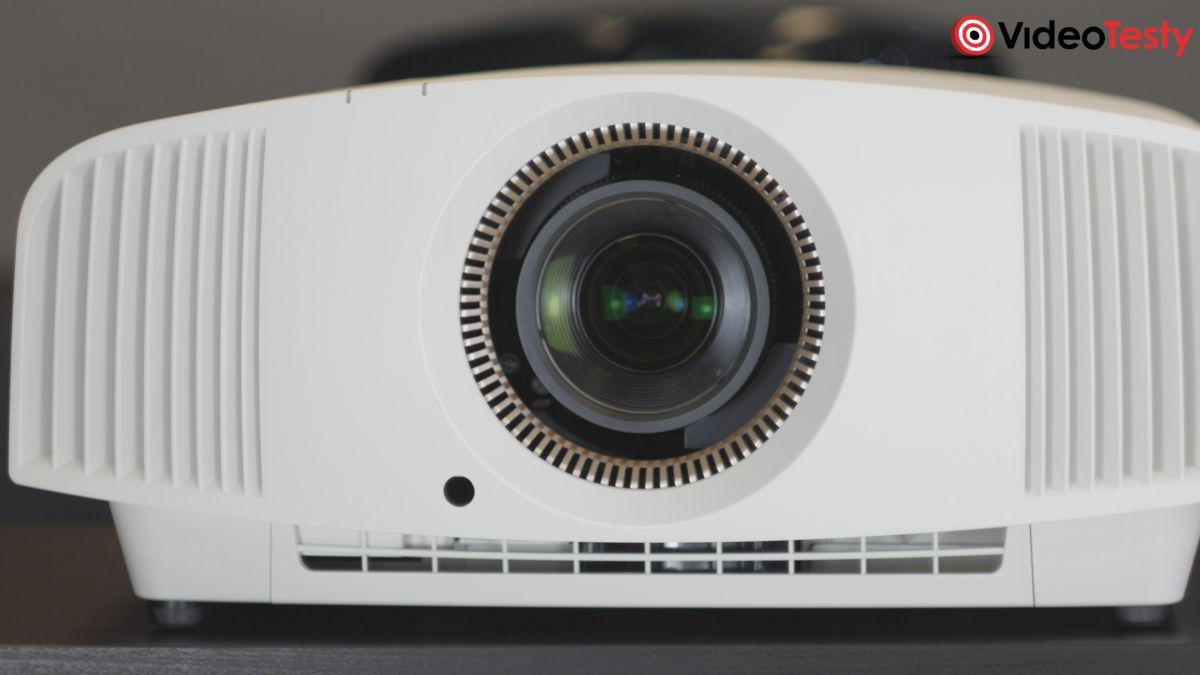 Sony VPL-VW570ES i jego obiektyw z bliska