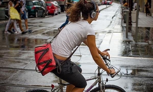 słuchawki na rowerze