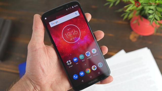Motorola Moto Z3 Play w dłoni