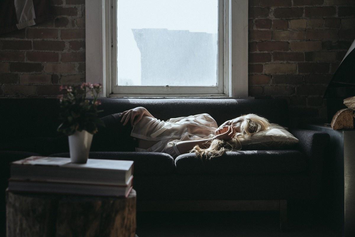 Śpiąca kobieta w ciemnym pokoju