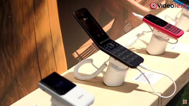 Nokia 2720 Flip 4G wygląda unikalnie, ale czuć wszechobecny plastik