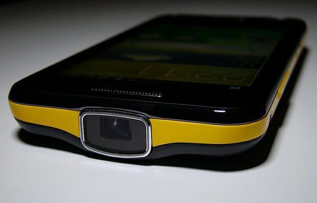 smartfon z projektorem