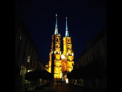 Nocą Pocophone łapie najmocniejszy punkt oświetlenia i zapomina o innych elementach scenerii