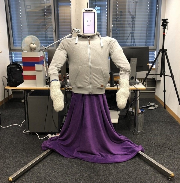 Huggie Bot wygląda na kulturystę, ale to przez szereg technologii w środku. Źródło: Alexis E. Block