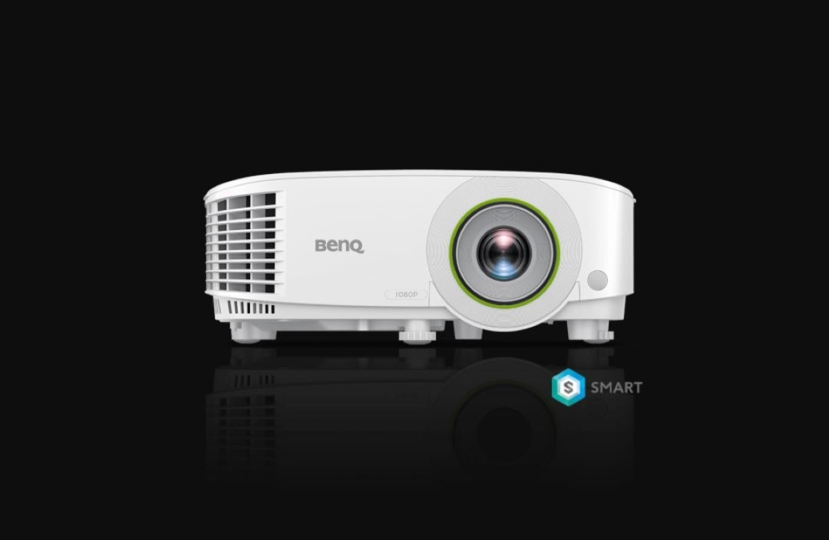 Projektor biznesowy BenQ z Androidem na czarnym tle