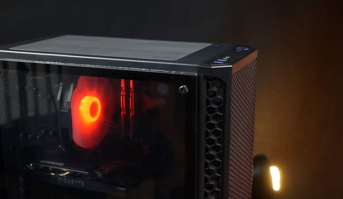 Komputer Actina na czarnym tle