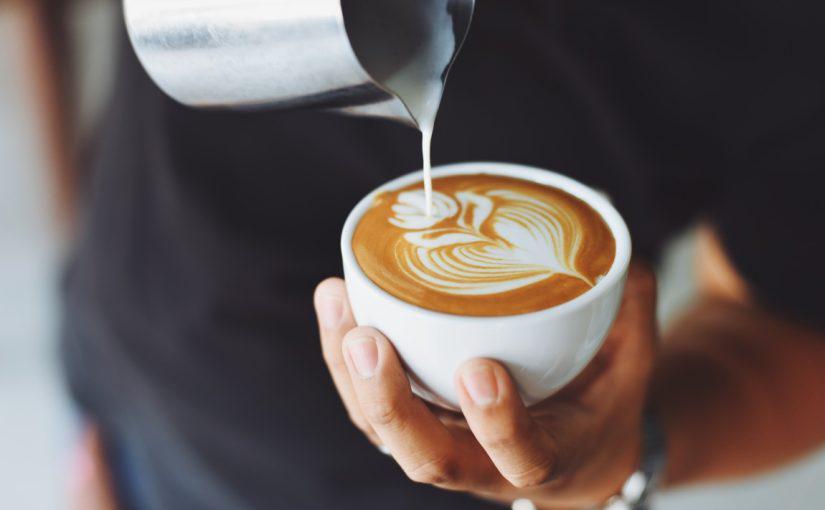 tworzenie niezwykłej kawy cappuccino